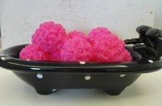 Banheirinha preta com pintinhas brancas com 8 sabonetes em formato de esferas de mini rosas.    Um charme!    Aromas e cores variados.    Informações do Produto  Preço: R$ 35,00  Prazo para produção: 15 dias  Feito sob encomenda