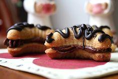 Ořechové rohlíčky slepované kakaovým krémem Christmas Baking, Christmas Cookies, Czech Recipes, Rum, Biscuits, French Toast, Breakfast, Desserts, Food