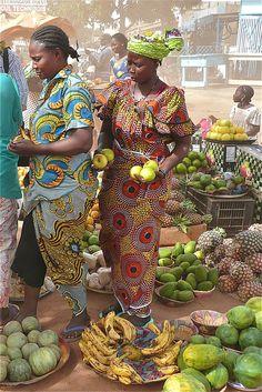 Mulheres no mercado em  Ouagadougou, Burkina Faso.  Fotografia: Rita Willaert no Flickr.