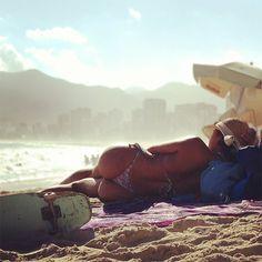 """""""Mesdames et Messieurs: le bumbum carioca"""", Praia do Arpoador — 2013"""