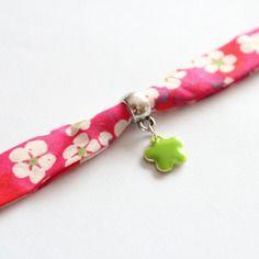 Bracelet tissu liberty rouge mitsi (fleurs de cerisiers blanches sur fond rouge / fuchsia) et breloque fleur émaillée