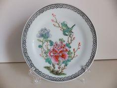 PRATO EM PORCELANA CHINESA MACAU Prato em porcelana chinesa, fabricado em Macau. Excelente estado de conservação  Dimensões: 17,5 cm de diâmetro