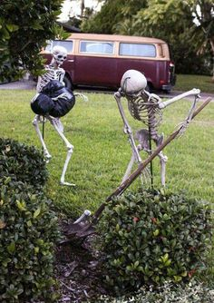 Decorating for Halloween is great fun. But don't waste your time and money on Halloween decorations for your space. Are you looking for some inspirations to turn your yard into spooky landscape? Use skeleton as your Halloween ideas to make the best one. Halloween Skeleton Decorations, Homemade Halloween Decorations, Halloween Projects, Halloween Yard Ideas, Halloween Yard Displays, Halloween Stuff, Diy Halloween Props, Halloween Meme, Halloween Designs