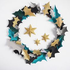 Tadaaaaa here come the PAPER WREATH to decorate your place; all the step by step are on @hellowonderful_co blog today so come visit. #lamaisondeloulou #DIY #paper #wreath #christmas #holiday #decoration #color #leaf #stars #sparkles #fun #activity #craft #kid