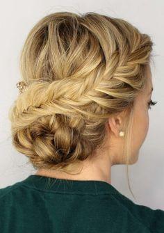 chignon-simple-avec-une-tresse-cheveux-blonds-tressés-de-côté