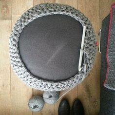 Haak by Daphne: Pief paf poefjes Crochet Lampshade, Crochet Pouf, Crochet Carpet, Crochet Geek, Crochet Cushions, Crochet Pillow, Love Crochet, Crochet Stitches, Crochet Hats