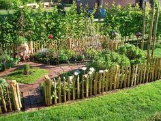 Staketen Zaun Höhe Staketenabstand - All For Garden Garden Types, Garden Cottage, Garden Fencing, Garden Beds, Vegetable Garden, Amazing Gardens, Beautiful Gardens, Garden Projects, Garden Inspiration