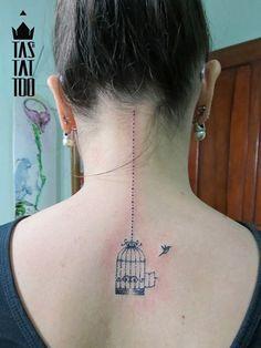 Rodrigo Tase  suas tatuagens, que utilizam o pontilhismo e a aquarela de um jeito diferente.