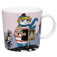 "Arabia's mug ""Tooticky violet"" (Tuutikki violetti) with elegant shape and kind motif from the Moomin world. Charming pottery from Finland. Moomin Shop, Moomin Mugs, Troll, Les Moomins, Tove Jansson, Thing 1, Porcelain Mugs, Mug Designs, Scandinavian Design"