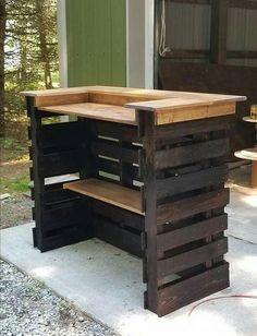 DIY - Bar en palette : 26 idées et photos pour le fabriquer vous même ! Patio Bar, Porch Bar, Deck Bar, Backyard Bar, Balcony Bar, Patio Bench, Diy Patio, Wooden Pallet Projects, Wooden Pallet Furniture