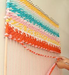 How to build a simple adjustable rug loom and weave a beautiful t-shirt rug or other up-cycled fabric rugs. Detailed tutorial and step by step photos! diy step by step Weave a Boho T-shirt Rag Rug With Easy DIY Loom Weaving Loom Diy, Rug Loom, Rag Rug Diy, Diy Rugs, Braided Rag Rugs, Rag Rug Tutorial, Fabric Rug, Fabric Weaving, Weaving Projects