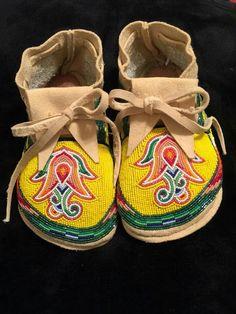 Nice Native Beadwork, Native American Beadwork, Native American Art, Beaded Shoes, Beaded Moccasins, Beading Ideas, Beading Projects, American Indian Crafts, Jingle Dress