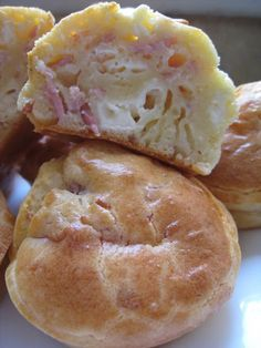 petits cakes kiri jambon – gâteaux à gogo small kiri ham cakes 3 eggs 150 gr of flour sachet of yeast 12 cl of milk 8 cl of oil 150 gr of ham from 10 kiri salt / pepper Petit Cake, Good Food, Yummy Food, Salty Foods, Salty Cake, Snacks, Mini Cakes, Scones, Finger Foods