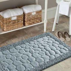 Elegancka kolekcja dywanów kąpielowych SPA do łazienki w kształcie kamieni, wykonana jest  w 100% z bawełny. Dywaniki łazienkowe, niezwykle miękkie w dotyku składają się dwóch rodzajów tkania niskiego i dłuższego. Szary kolor dodaje wyrafinowanego stylu w łazience a pięknie wyprofilowany wzór, zapewni elegancję. #łazienka #dywany #dywan #dywaniki #dywanikiłazienkowe #dywanikidołazienki #kompletłazienkowy #bathroom #design #wnętrze #szary #szarykomplet #grey #wnętrza #dodatki… Bath Mat, Rugs, Home Decor, Farmhouse Rugs, Decoration Home, Room Decor, Home Interior Design, Bathrooms, Rug