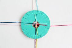 El disco kumihimo es una técnica tradicional japonesa, y se trata de un telar en forma de disco que se utiliza para crear pulseras, llaveros, adornos para bolsos, collares etc. El trenzado queda hermoso y ademas la repetición constante de hilos, el girar el disco, y el combinar colores es suficiente para aliviar incluso el mas estresante día. (Próximamente le mostraremos como hacer pulseras para estrenar nuestro telar).  http://www.todomanualidades.net/2015/06/como-hacer-un-disco-kumihimo/