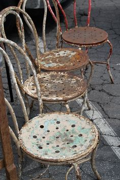 Different rusty chairs, I picture being in the house Vintage Outdoor Furniture, Vintage Decor, Old Chairs, Metal Chairs, Iron Chairs, Black Chairs, Desk Chair Comfy, Rust In Peace, Iron Furniture