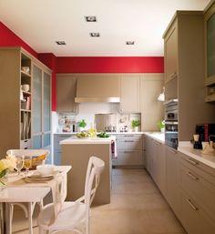 une belle cuisine aux accents rouges et couleur capuccino