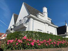 Mooie geslaagde renovatie met crepi van een dubbelwoonst te Knokke! Facades, Mansions, House Styles, Home Decor, Decoration Home, Manor Houses, Room Decor, Villas, Mansion