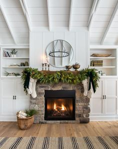 Green and Brass Christmas Living Room - The Lilypad Cottage Simple brass and green Christmas mantel decor Always aspired to figure out how to knit, but unclear the place to begin? Christmas Mantel Garland, Christmas Fireplace Decor, Simple Living Room Decor, Living Room Decor, Christmas Living Rooms, Lilypad Cottages, Fireplace Decor, Fireplace, Christmas Decorations Living Room