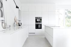 Valkoinen keittiö, saareke, betonilattia | MUSTA OVI