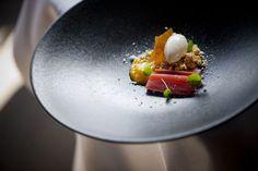 Le chef Lode de Roover, du restaurant Fleur de Lin, à Zele, nous propose une recette gourmande qui marie rhubarbe et lait de chèvre.