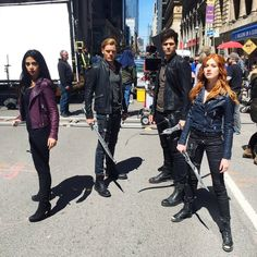 Emeraude Toubia, Dominic Sherwood, Matthew Daddario, & Katherine McNamara BTS of Shadowhunters Katherine Mcnamara, Shadowhunters Series, Shadowhunters The Mortal Instruments, Shadowhunters Outfit, Matthew Daddario, Cassandra Clare, Costume Halloween, Shadow Hunters Cast, Clary E Jace