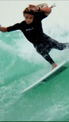 Oscar Langburne surfing chest-head waves in Melbourne, Victoria. Surfing Videos, Surfing Tips, Wild In The Streets, Surfer Guys, Amazing Gymnastics, Hawaii Surf, Beautiful Athletes, Surfing Pictures, Hang Ten