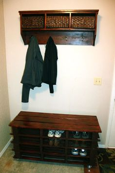 Paletten How to Build a Shoe Rack Bench out of Wood Pallets and Instructions for a Coat Rack Shelf. Pallet Bench, Diy Pallet Furniture, Furniture Projects, Home Projects, Pallet Storage, Storage Ideas, Pallet Wood, Diy Storage, Furniture Plans