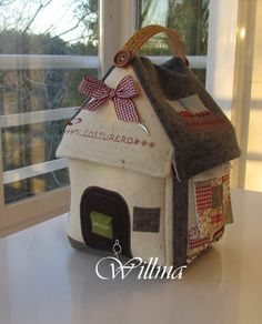 casita costurero Purl Bee, Sewing Box, Love Sewing, Felt House, Door Stop, Little Houses, Fabric Dolls, Craft Work, Pin Cushions