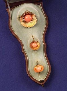 Oro de 18 quilates victoriana y Coral Demi-parure, que comprende un broche y earpendants, cada uno diseñado como una concha de vieira centrado un cordón de coral, con caja equipada original del Howard & Co.