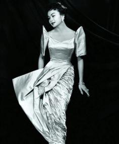 1956 Miss Philippines Edith Nakpil wears an original 'Salvacion Lim-Higgins' creation. Philippines Dress, Miss Philippines, Philippines Fashion, Philippines Culture, Modern Filipiniana Dress, Filipino Fashion, Philippine Women, Filipino Culture, Filipina Beauty