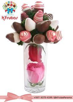 Ramo de fresas cubiertas de chocolate y un elegante detalle de rosas. Regalos para cumpleaños, aniversarios, eventos y más