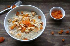 Manche Gerichte klingen auf Englisch einfach besser! Cremiges Vanille-Porridge mit Aprikosen und karamellisierten Mandeln zum Beispiel, ein Träumchen. Aber cremiger Haferbrei? Och nö! Noch schlimmer ist der Name Haferschleim. Ich meine, wer isst schon freiwillig etwas, was das Wort Schleim im Namen trägt? Ihr seht also, die deutsche Bezeichnung wird meinem geliebten Porridge definitiv nicht...Read More »