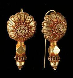 Paire de boucles d'oreilles classique Gujarat. Très belle patine d'usage. Or Inde, Gujarat L