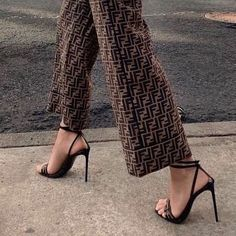 Pants and simple sandals Fashion Killa, Look Fashion, High Fashion, Autumn Fashion, Fashion Outfits, Womens Fashion, Fashion Trends, Fashion Glamour, Parisian Fashion
