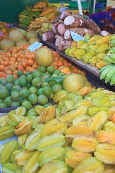 Those yellow things are five dollars at the store. I wonder what the price is here at this market. Volcan Reunion, Dominican Food, Tropical Fruits, French Polynesia, Fruits And Vegetables, Farmers Market, Street Food, Outre Mer, Yellow Things