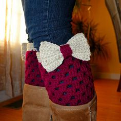 Crochet Boot Cuffs with Bow In Boysenberry-Off White from OrawanCrochet on Etsy Crochet Boots, Crochet Gloves, Crochet Bear, Crochet Slippers, Crocheted Animals, Knit Hats, Crochet Boot Cuff Pattern, Crochet Patterns, Hat Patterns