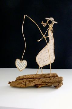 Bonne fête maman ! - figurine en ficelle et papier Wire Crafts, Metal Crafts, Diy And Crafts, Arts And Crafts, Sculptures Sur Fil, Art Du Fil, Paper People, Book Sculpture, Driftwood Art