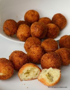 Bulete de cascaval cu cartofi Savori Urbane (3) Gourmet Recipes, Appetizer Recipes, Cake Recipes, Cooking Recipes, Kfc, Good Food, Yummy Food, Romanian Food, Healthy Meal Prep