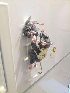 Купить или заказать Магнит на холодильник ' Мышки-воришки'. в интернет-магазине на Ярмарке Мастеров. ВНИМАНИЕ! Работа представлена для примера, как показатель мастерства и подтверждение авторства. Повторы больше не делаю! Спасибо за понимание! ..Так вот почему самое вкусненькое долго не задерживается в Вашем холодильнике - очаровательные крыски наладили туда экспедиции! По данной работе в Магазине имеется ПОДРОБНЫЙ МАСТЕР-КЛАСС:…
