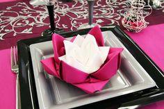 """Le lotus est une fleur sacrée dans certaines religions orientales. Nous avons donc, tout naturellement, choisi le pliage """"lotus"""" pour cette table."""