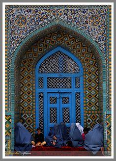 salamalaikum:    Mazar-women by Kanishka Afshari on Flickr.