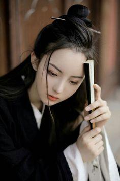 Traditional Hairstyle, Traditional Outfits, Hanfu, Beautiful Chinese Girl, Beautiful People, Beautiful Sketches, Art Japonais, China Girl, Fantasy Girl