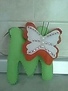 Lettera M con farfalla