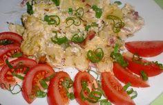 Kapustu pokrájíme na nudličky, brambory na kostičky a dáme je spolu vařit do osolené vody s kmínem.Slaninu, cibuli a česnek drobně nakrájíme a vše dáme osmahnout na olej.Uvařené brambory s kapustou scedíme a promícháme s osmaženou směsí. Do brambor ještě vmícháme sůl, pepř a muškátový květ a přendáme je do pekáčku. Zakysanou smetanu zředíme mlékem a zalijeme brambory v pekáčku. Pekáčem mírně zatřeseme, aby se smetana rovnoměrně dostala do celých brambor.Kelovník vložíme do trouby a př...