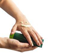 Az idő múlásával nem csak az arcbőr, de a kéz feje is idősödni kezd. Mivel a kezünk mindig látható, ha nem gondozzuk jól, sokkal inkább megsínyli a környezeti ártalmakat. Sz Hand Scrub, Light Texture, Dry Hands, The Body Shop, Anorexia, Shea Butter, Moisturizer, Essential Oils, Silhouettes