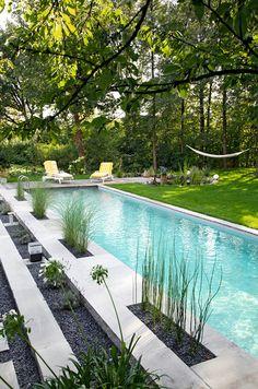 Plage naturelle pour structurer la piscine.