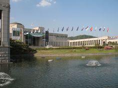 Het centrale gebouw van het Korean War Memorial. De Koreaanse oorlog (25 juni 1950 – 27 juli 1953) was een oorlog tussen Noord- en Zuid-Korea. De oorlog brak uit na de Tweede Wereldoorlog als gevolg van de tweedeling van Korea. De vrede is nooit ondertekend. Er is sprake van een wapenstilstand.