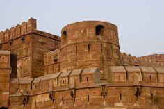 Forte de Agra, em Agra, Uttar Pradesh, Índia. Esteve em mãos de mongóis a partir de 1526, e aí o imperador Humayum foi coroado em 1530. Esteve em mãos de mongóis e indus, conforme se desenrolavam as batalhas. Foi o mongol Akbar que o reconstruiu, uma vez que estava bastante arruinado. Usou arenito vermelho nas paredes externas. O trabalho se estendeu por 8 anos, até 1573; 4000 construtores trabalharam ali diariamente. Akbar passou a morar lá ainda em 1558.