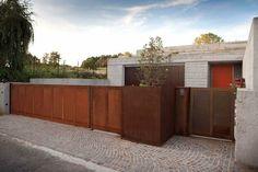 Backyard Door, Backyard Fences, Steel Fence, Corten Steel, Grades, Front Yard Fence, Fence Landscaping, Steel House, Forest House